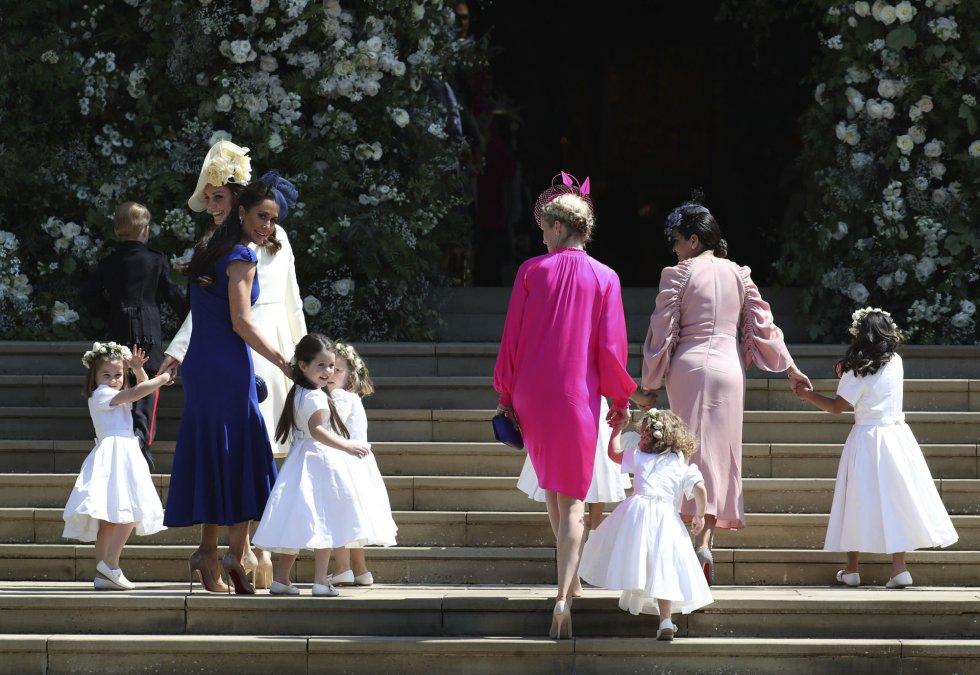 Kate (izquierda), la duquesa de Cambridge, acompañada de las damas de honor.
