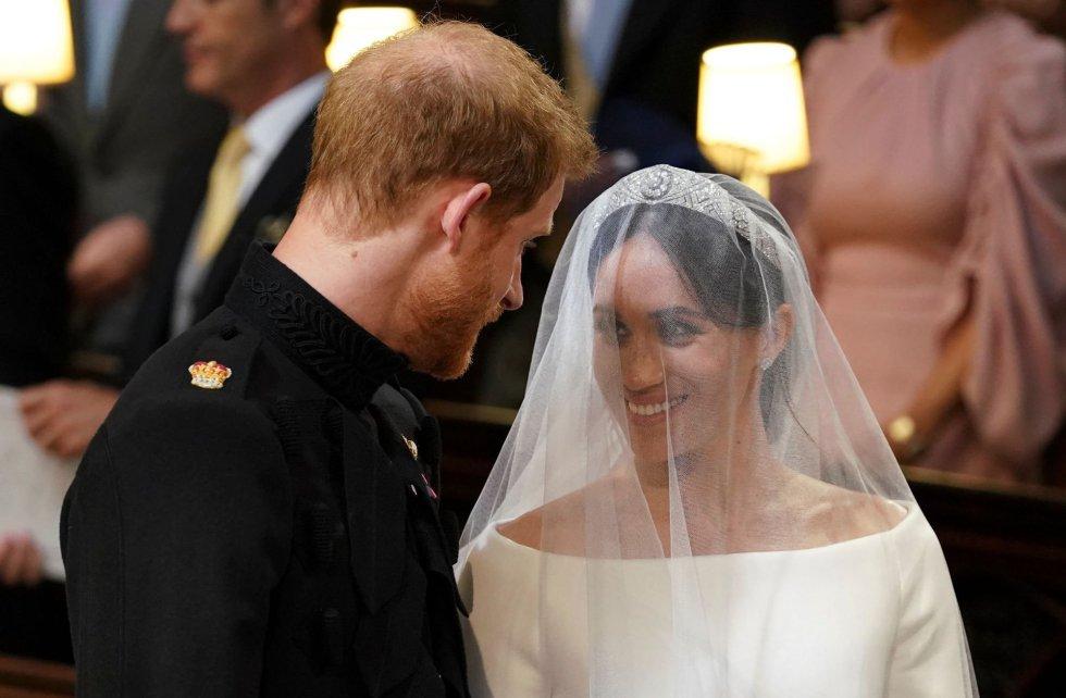 El príncipe Enrique con Meghan Markle juntos frente al altar.