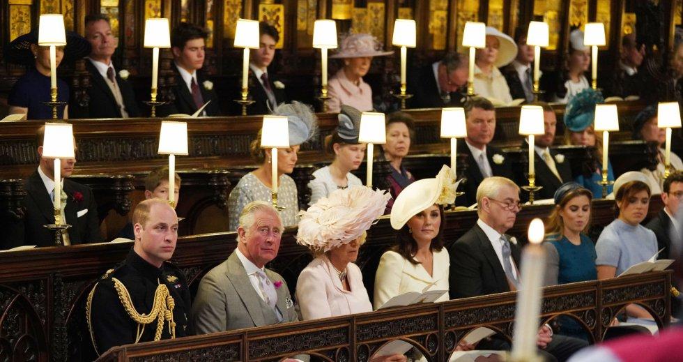 De izquierda a derecha, el príncipe Guillermo, duque de Cambridge; el príncipe Carlos, príncipe de Gales; Camila, duquesa de Cornualles; Catalina, duquesa de Cambridge; el príncipe Andrés, duque de York y  las princesas Beatriz y Eugenia, sentadas en la capilla de San Jorge.