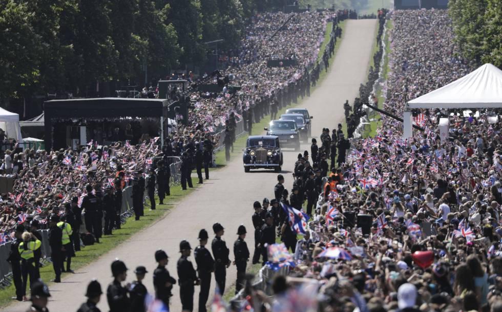 Comitiva con la novia Meghan Markle es conducida por el Gran Parque de Windsor hacia el castillo.