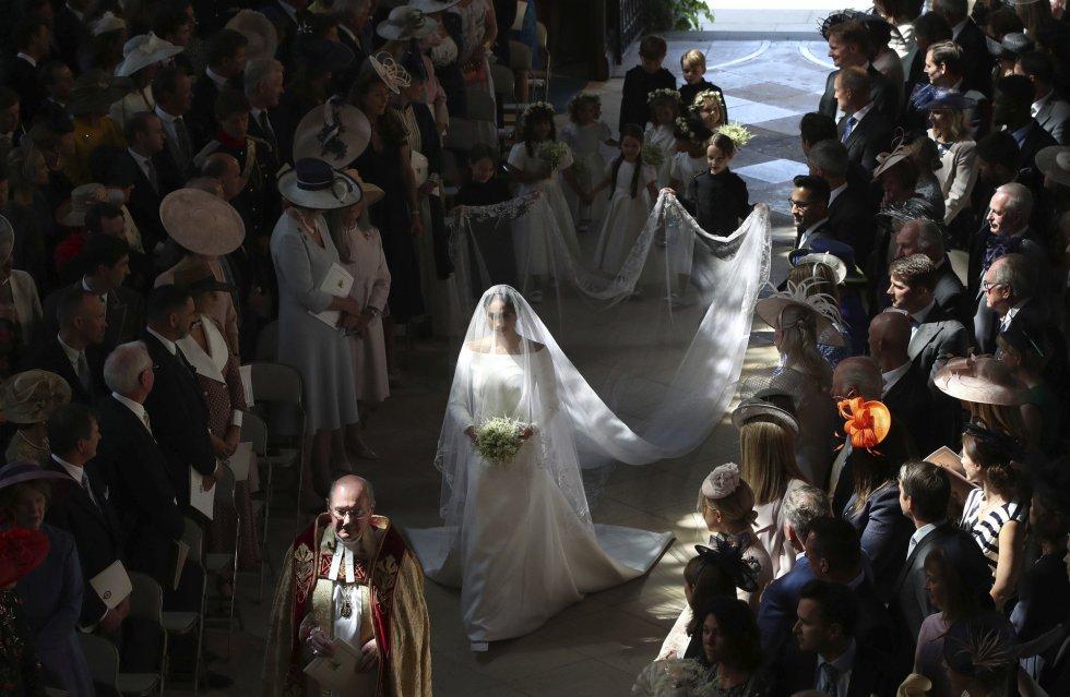 La novia Meghan Markle camina hacia el altar de la capilla de San Jorge.