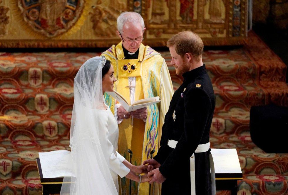 El príncipe Enrique y Meghan Markle intercambian sus votos en la capilla de San Jorge.