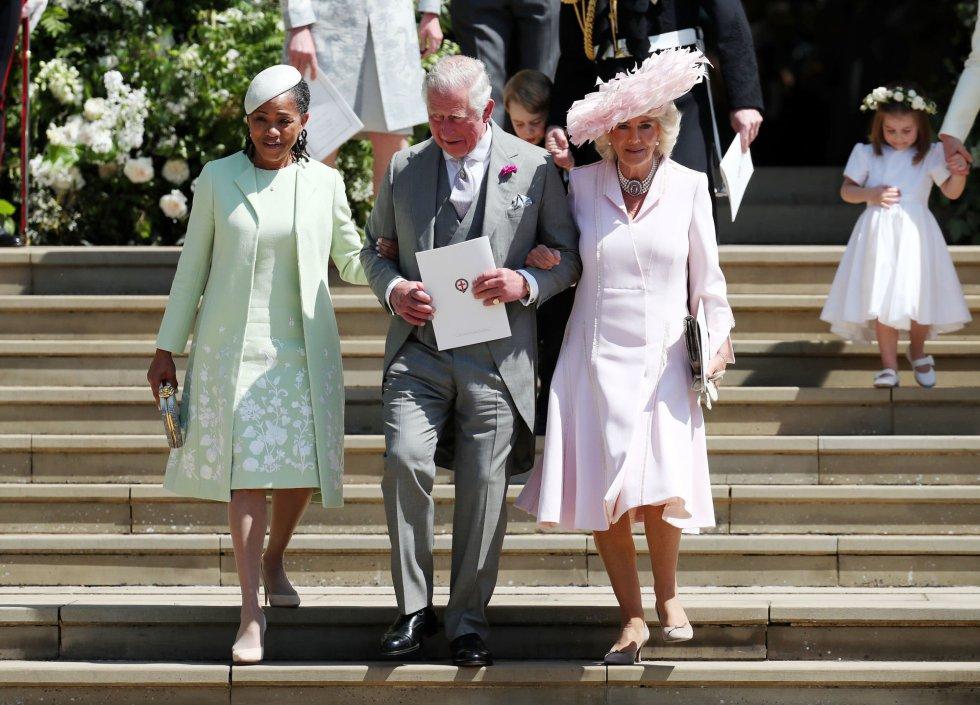 De izquierda a derecha; Doria Ragland, madre de Meghan; el príncipe Carlos, duque de Gales, y Camila, duquesa de Cornualles, abandonan la capilla.