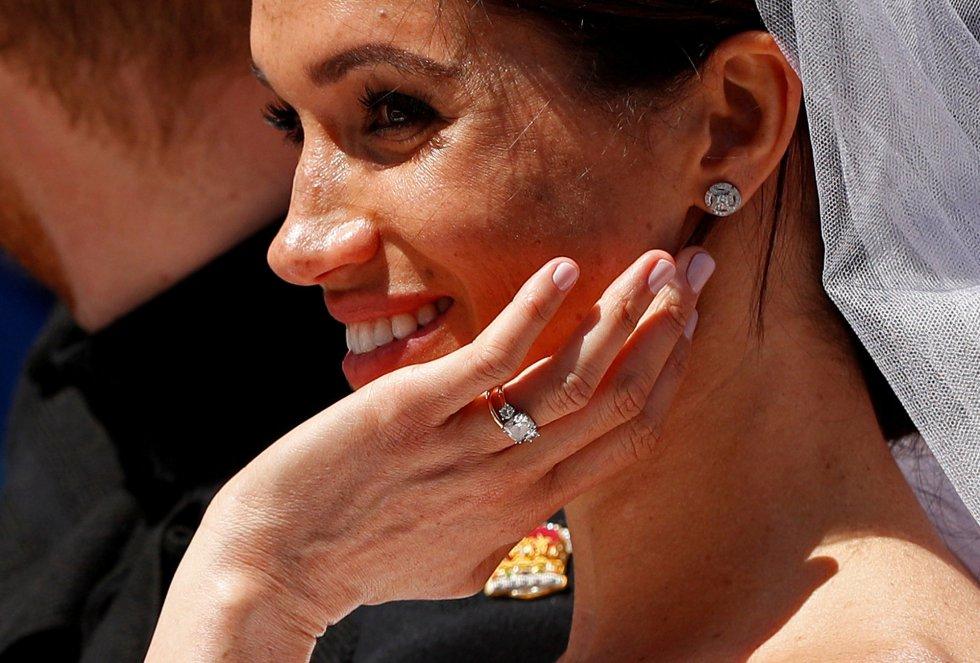 Meghan saluda al público congregado en las calles de Windsor.