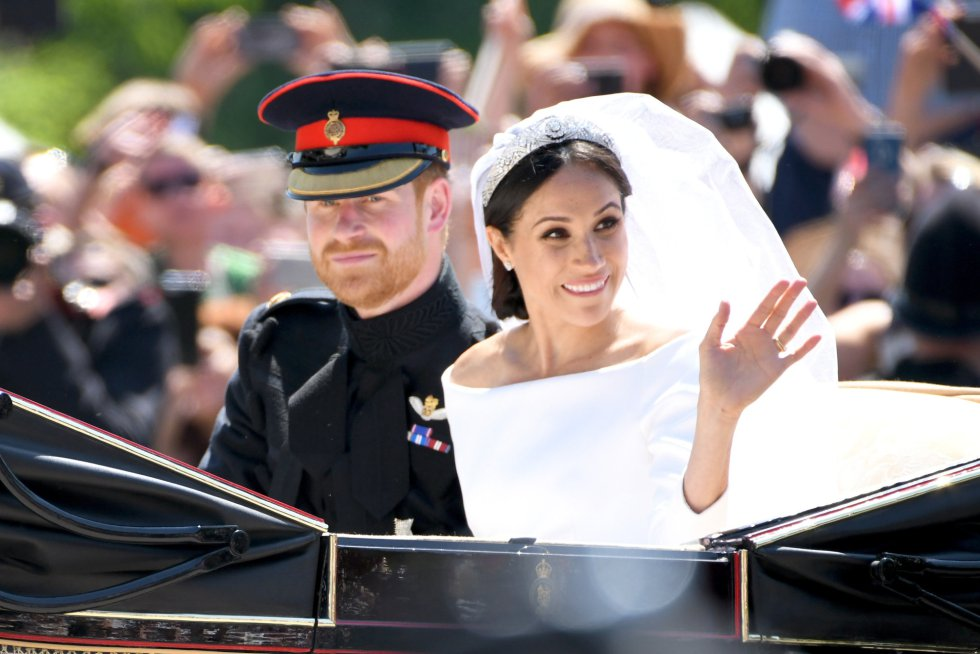 Los duques de Sussex pasean por Windsor en una carroza Ascot-Landau descubierta.