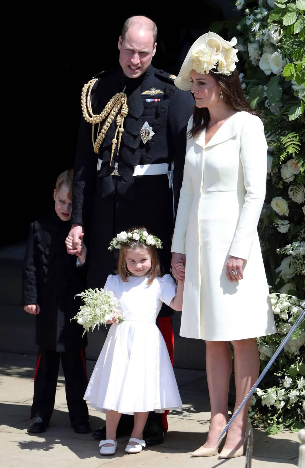 Los duques de Cambridge junto con sus hijos el príncipe Jorge y la princesa Carlota, a la salida de la capilla.