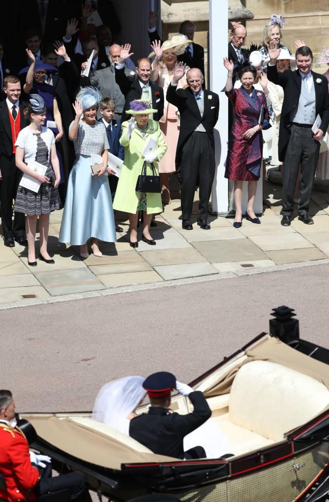 Los duques de Sussex saludan a los miembros de la familia real.