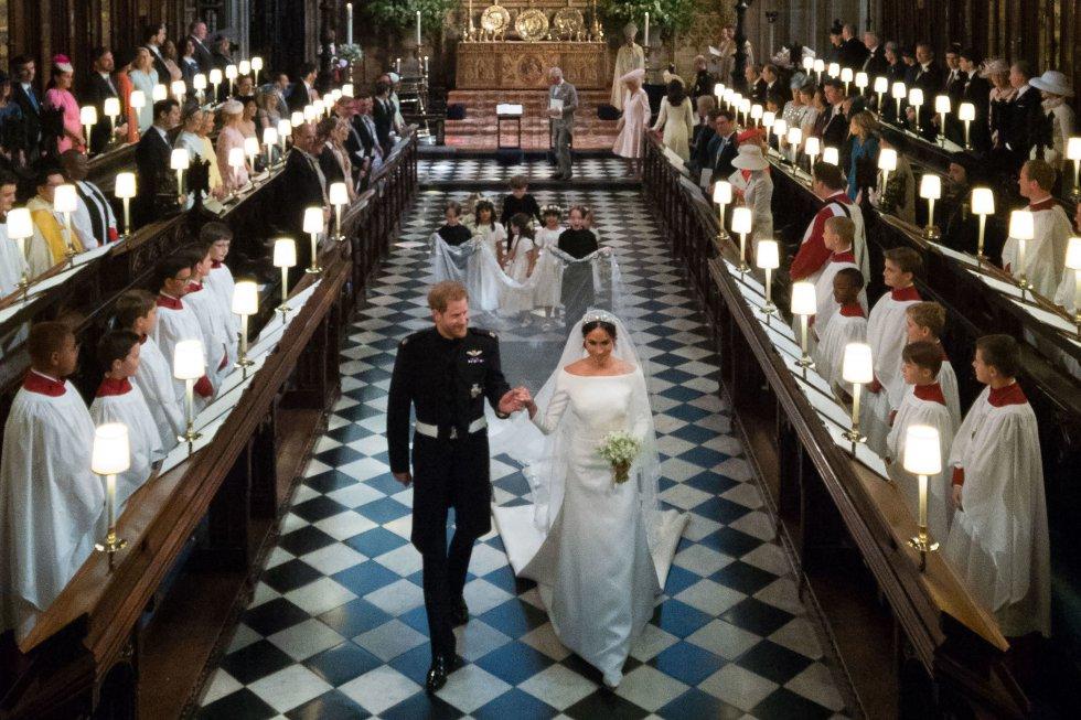 El príncipe Enrique junto con Meghan Markle, al finalizar la ceremonia.