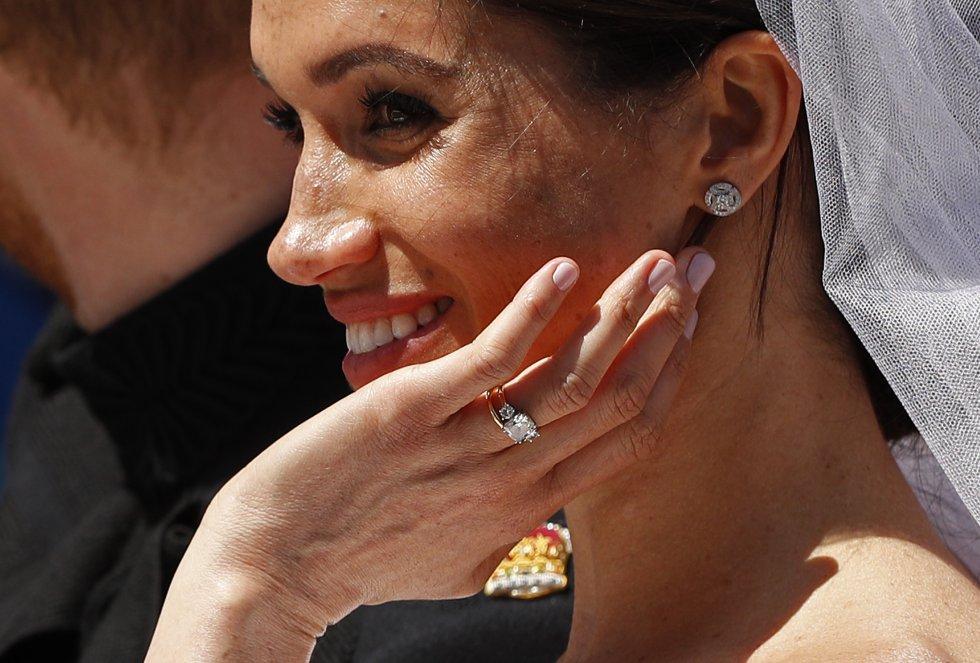 La duquesa de Sussex saluda al público congregado en las calles de Windsor.