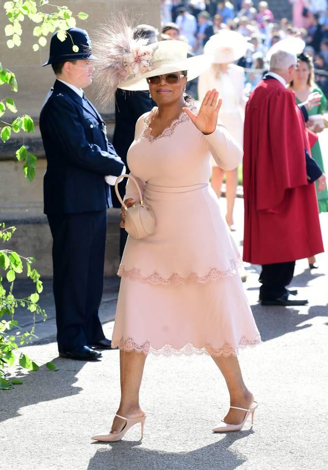 La empresaria, productora y presentadora Oprah Winfrey hace su entrada en el Castillo de Windsor, tocada con una inmensa pamela.