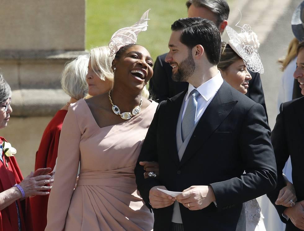 La tenista Serena Williams, gran amiga de Meghan Markle, y su esposo Alexis Ohanian llegan al castillo de Windsor vestida con traje rosa emplovado fruncido debajo del pecho y coronado con discreto tocado.