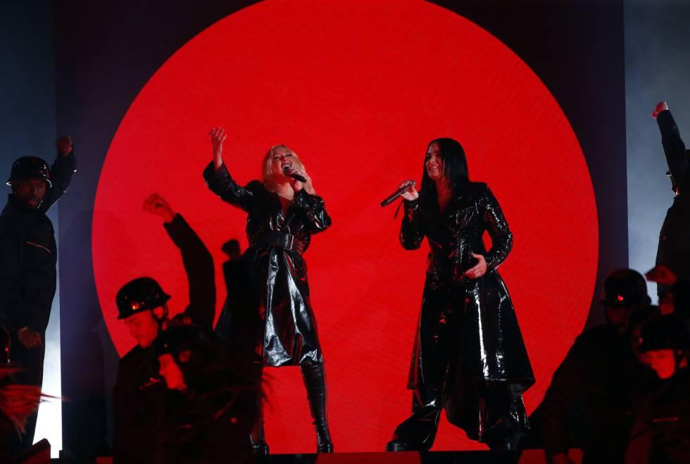 Christina Aguilera y Demi Lovato interpretan 'Fall In Line'.