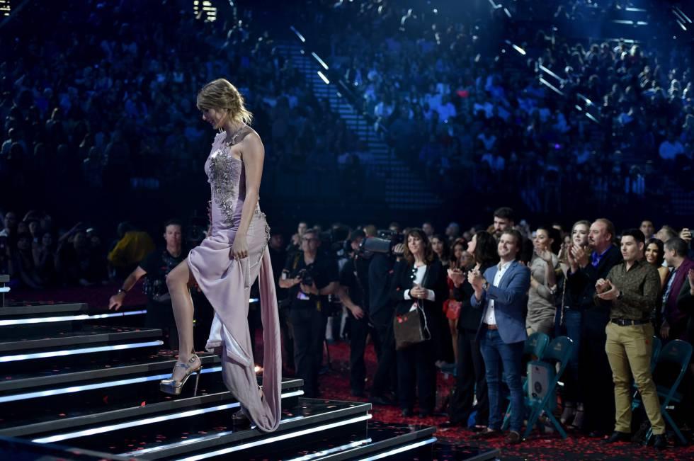 Taylor Swift sube al escenario para recoger el premio a la Mejor Artista Femenina, en los Billboard Music Awards.