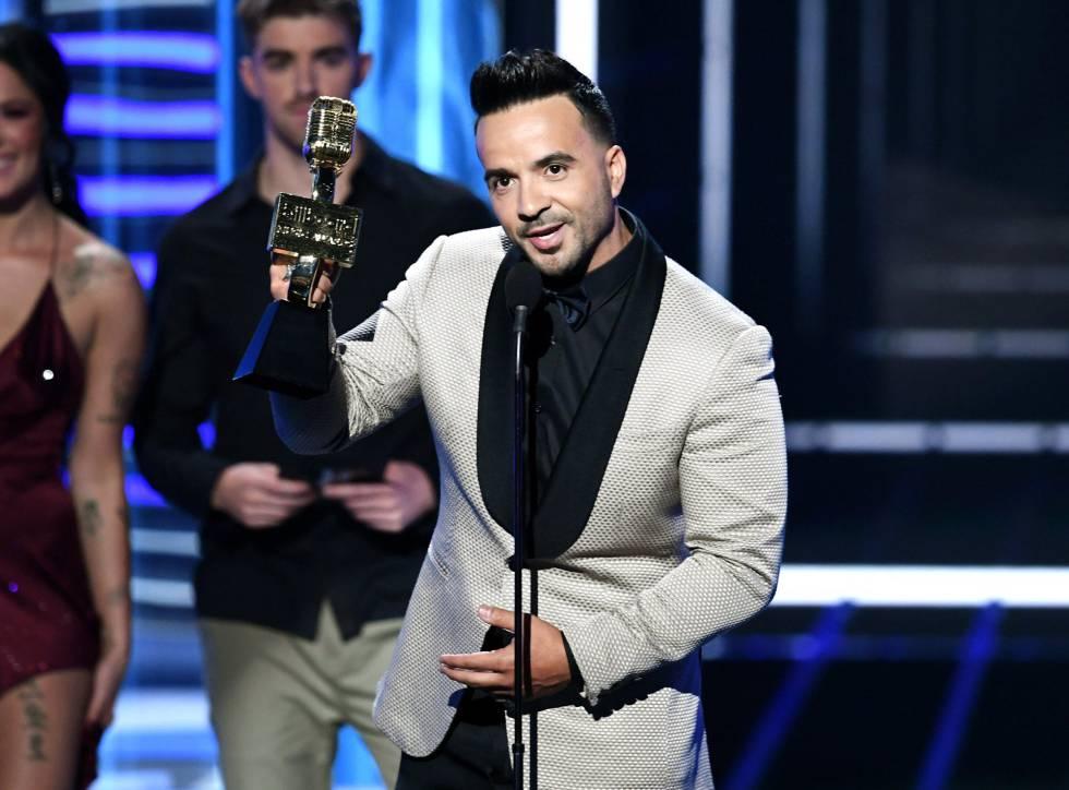 Luis Fonsi recoge el premio a la canción Top Hot 100 por 'Despacito'.