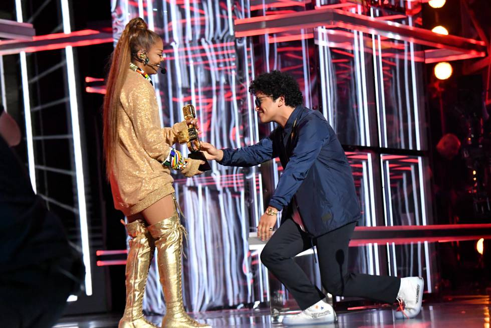 Janet Jackson recibe el premio Icon Award de manos de Bruno Mars.