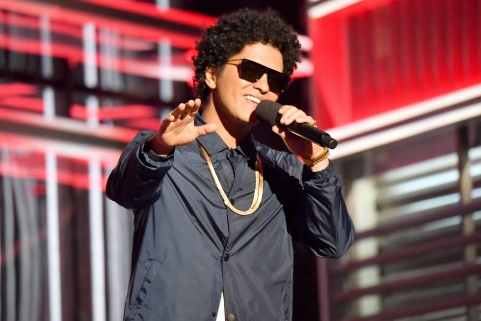 Bruno Mars, ganador del premio Top artista masculino.