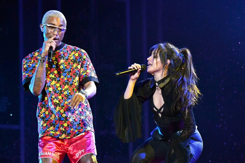 Pharrell (i) y Camila Cabello durante su actuación en los Billboard.