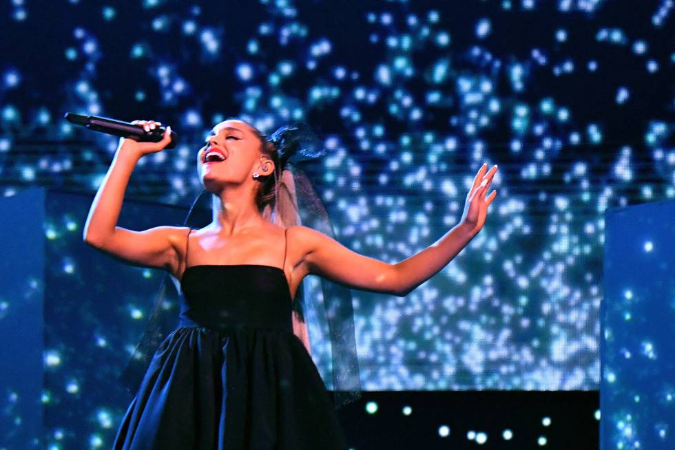 Ariana Grande durante su actuación en los Billboard.