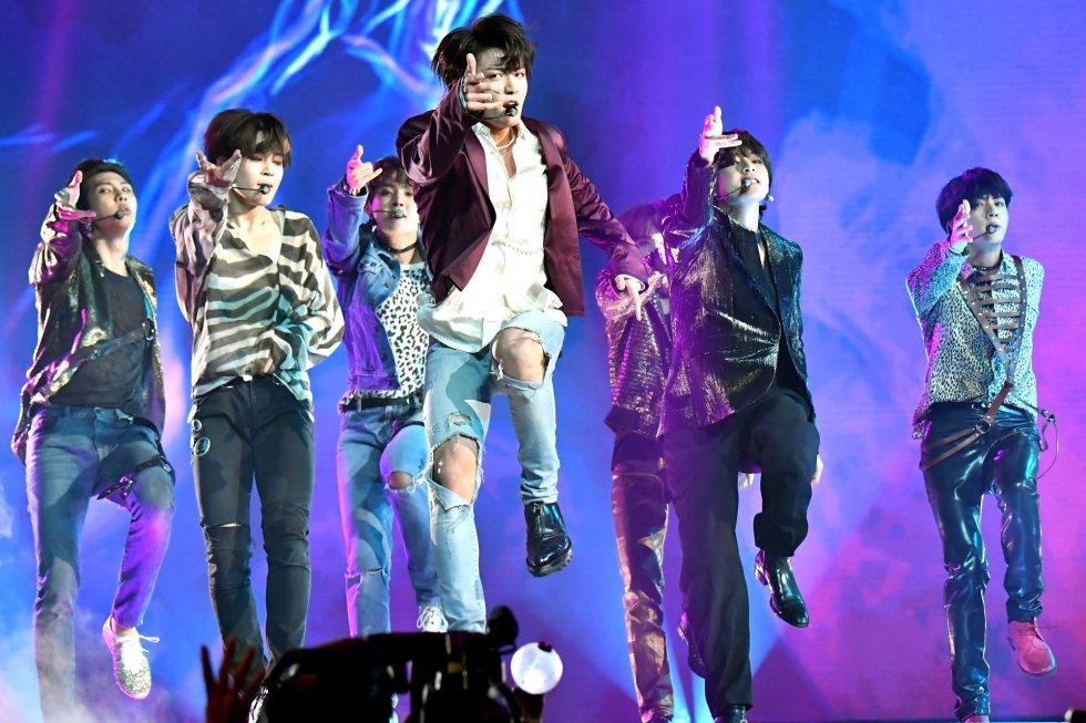 El grupo surcoreano BTS actúa en los Billboard. rn