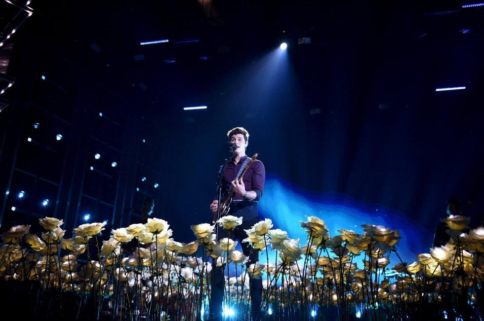 Shawn Mendes actúa durante los Billboard. rn