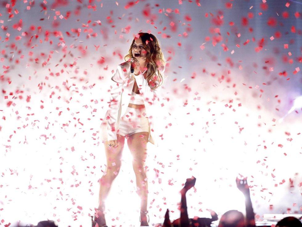 Maren Morris durante la actuación en los Billboard. rn
