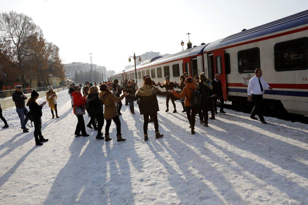 Outra das razões do sucesso do Expresso do Leste é que tinha data para acabar. Correu o rumor de que o substituiriam por um trem de alta velocidade, então os jovens se lançaram para vê-lo pela última vez. Na imagem, passageiros dançam em frente ao trem durante uma parada em Erzurum (Turquia).