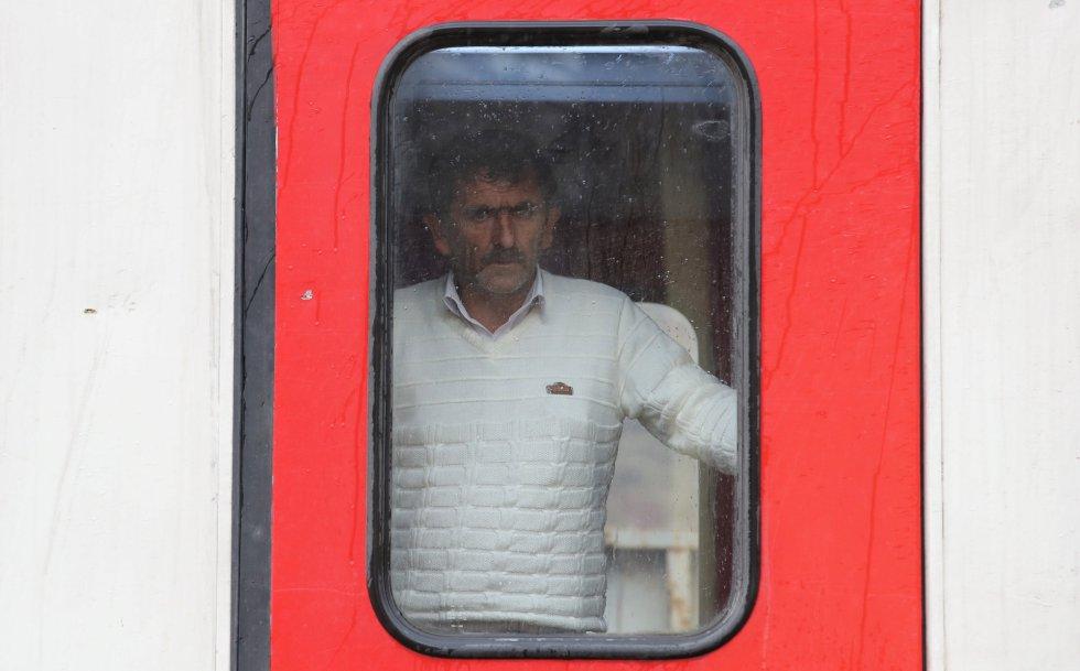 Um homem olha pela janela a bordo do Dogu Ekspresi (Expresso do Leste).