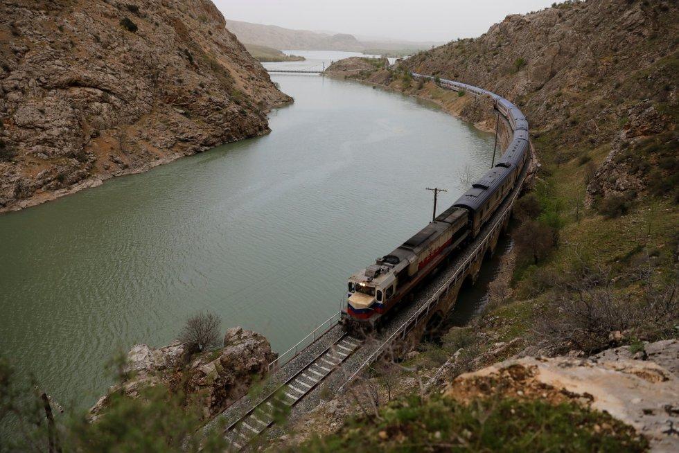 Vista geral do trem enquanto viaja pela província de Erzincan a caminho de Ancara (Turquia).