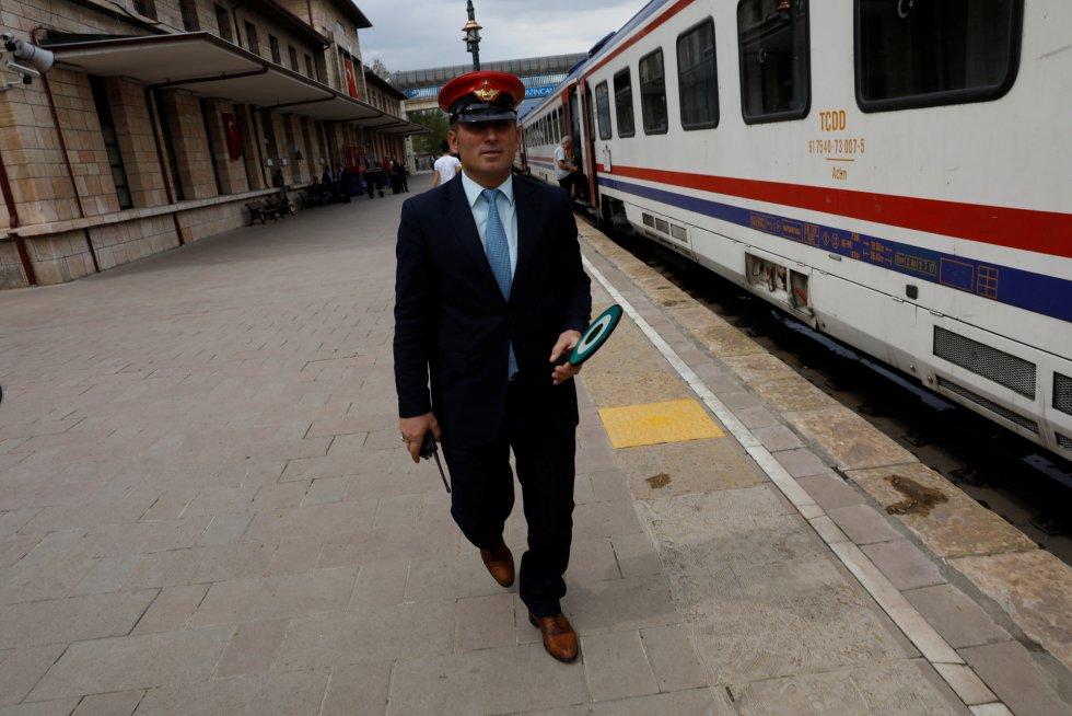 Um funcionário do trem realiza as últimas checagens antes da saída do Expresso do Leste na cidade de Erzincan (Turquia).