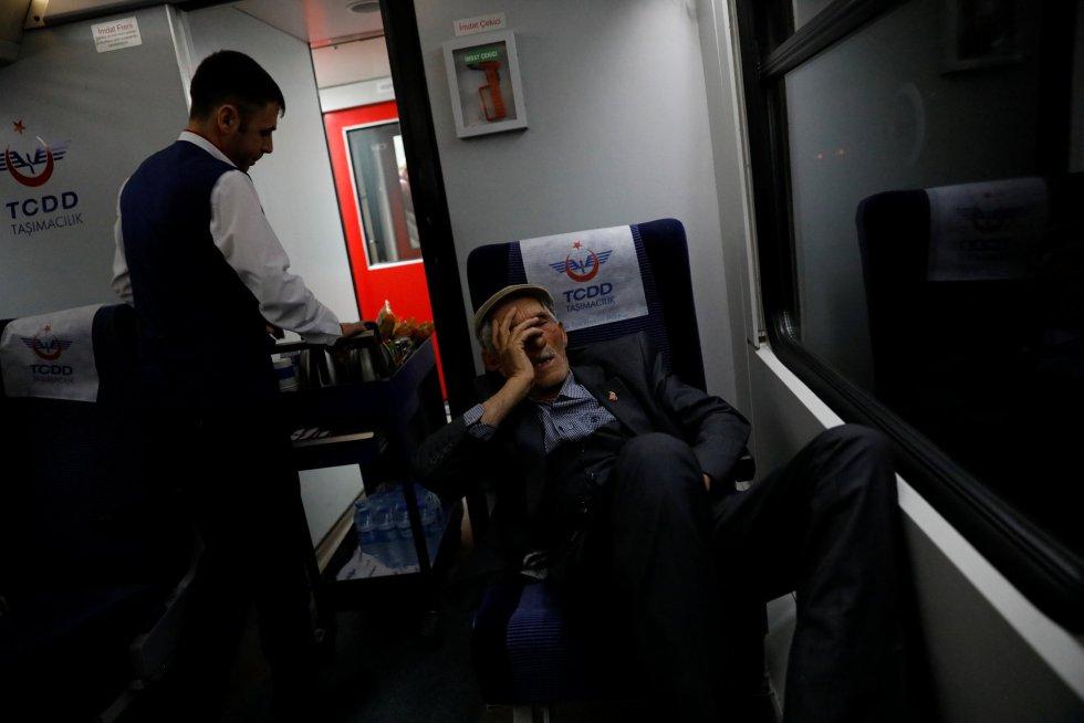 Na terceira classe vai quem viaja por necessidade, homens de rostos curtidos, cansados. Vão da cidade ao povoado. Ou do povoado à cidade. Na imagem, um homem dorme a bordo do Expresso do Leste enquanto passa pela província de Sivas (Turquia).