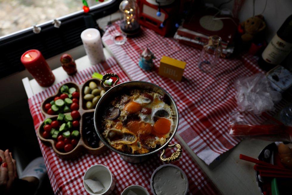 Café da manhã preparado por Vasfiye Filiz, de 43 anos, e Nurcan Guner, de 40 anos, a bordo do Expresso do Leste.