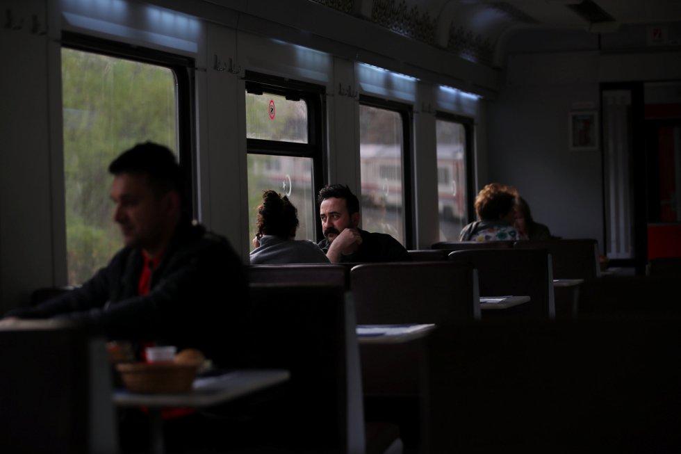 Passageiros comem e conversam a bordo do Expresso do Leste.