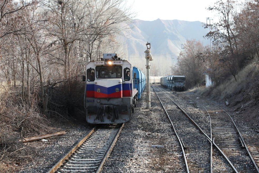 Um trem espera que o Expresso do Leste abandone a estação de Sivas em sua rota para Ancara (Turquia).