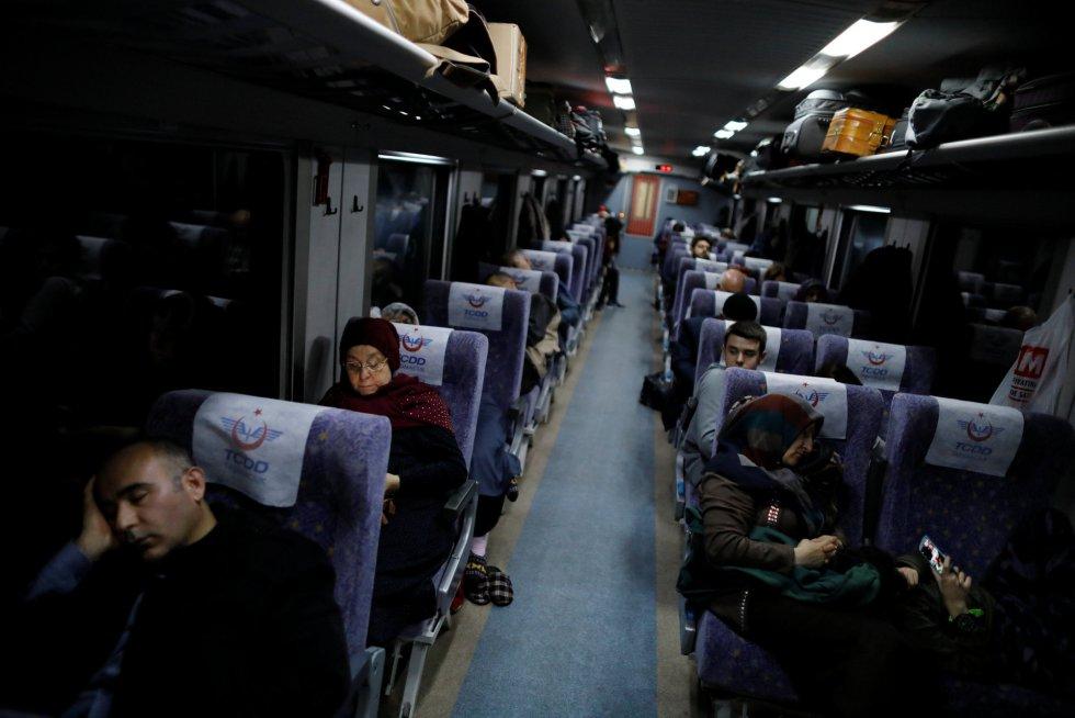 Passageiros do Expresso do Leste dormem durante o trajeto.