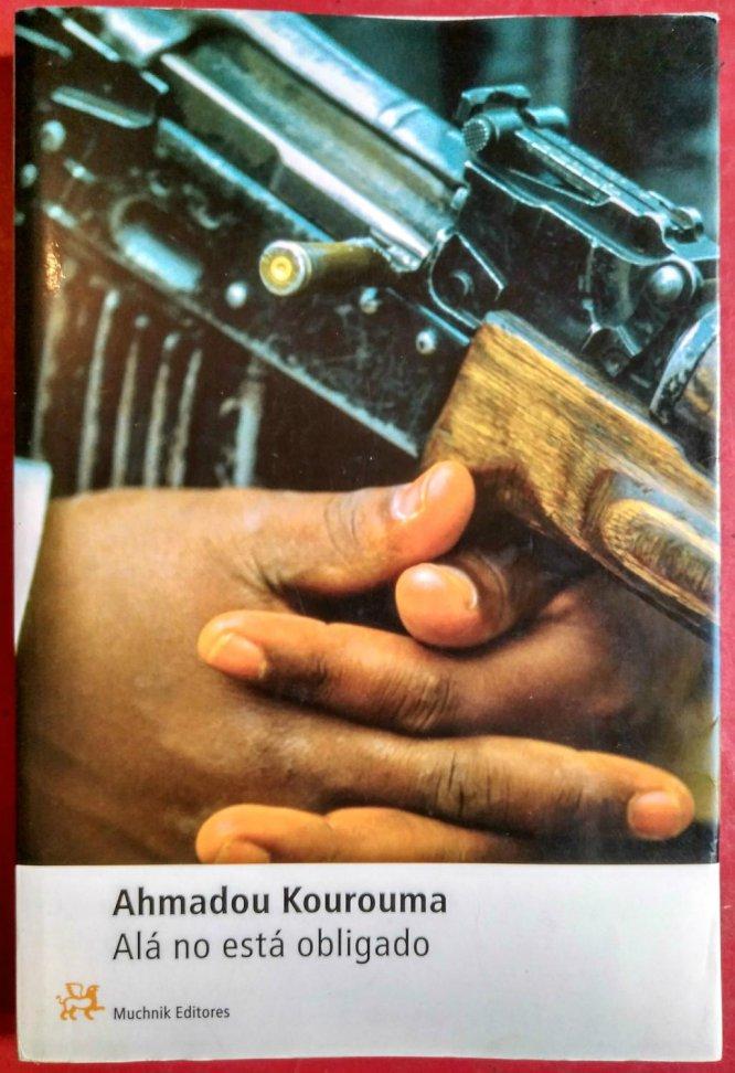 """El marfileño Kouroma es uno de los más célebres escritores de la francofonía africana. En esta novela trata un tema que sobrevuela las ficciones de muchos otros escritores del continente: el de los niños-soldados. En este caso el protagonista es el pequeño Birahima, un niño perteneciente al grupo étnico de los mandinga que combate en Liberia y Sierra Leona. """"Alá no está obligado a ser justo en todas las cosas de aquí abajo"""" es la frase que el niño se repite a sí mismo para tratar de aceptar su situación. La novela fue premiada en Francia con el Goncourt de los Estudiantes y el Renaudot en el año 2000."""