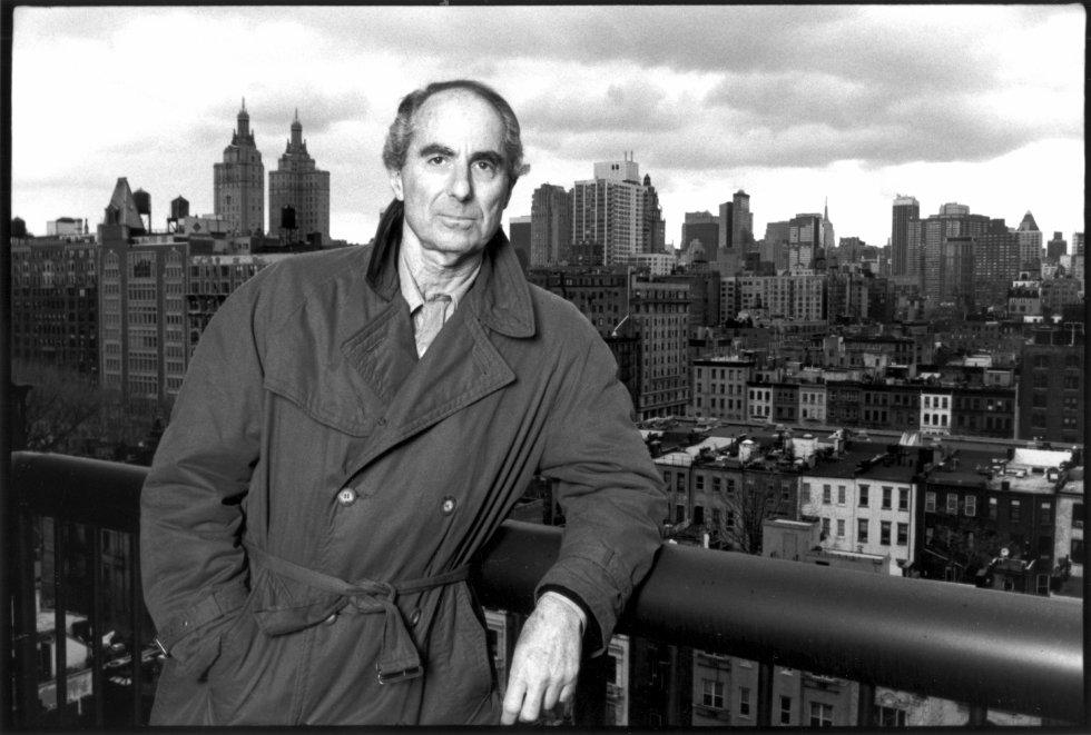 Roth posa con la ciudad de Nueva York de fondo.