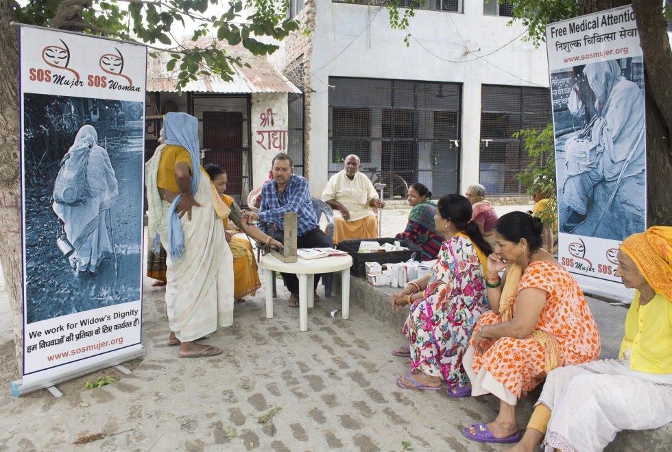 El alojamiento es uno de los principales problemas a los que se enfrentan las viudas. Muchas duermen en la calle o hacinadas en pequeños espacios sin agua ni luz. En esta casa viven 45 mujeres. Algunas ONG las visitan regularmente para realizares los chequeos médicos.