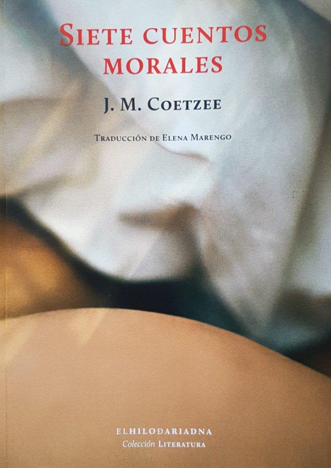 """Si consideramos la literatura un """"acontecimiento"""" en el que el lector se ve involucrado tanto como quien la produjo, el brillo del juicio se presenta de inmediato. Lo que leemos nos sumerge en un orbe de valores y opciones éticas que van más allá de los hechos o pensamientos narrados. Así, el lector de John M. Coetzee (Ciudad del Cabo, 1940) es como un buzo caminando en el suelo de un océano agitado. En su último libro, Siete cuentos morales, no hay pirotecnias alegóricas ni guiños metaliterarios. Se ha dejado atrás el espejismo de la intriga y la facilidad del yo para, a través de las frases sencillas de un narrador que huye del compromiso, deshilachar el impresentable tejido de la razón. Cada vez más los personajes del Nobel afincado en Australia discursean, pontifican o se esconden en la duda y la contradicción. ¿Es Coetzee quien filosofa por boca de ese """"carácter"""" (en el doble sentido del vocablo en inglés) estrafalario llamado Elisabeth Costello? Por JOSÉ LUIS DE JUAN"""