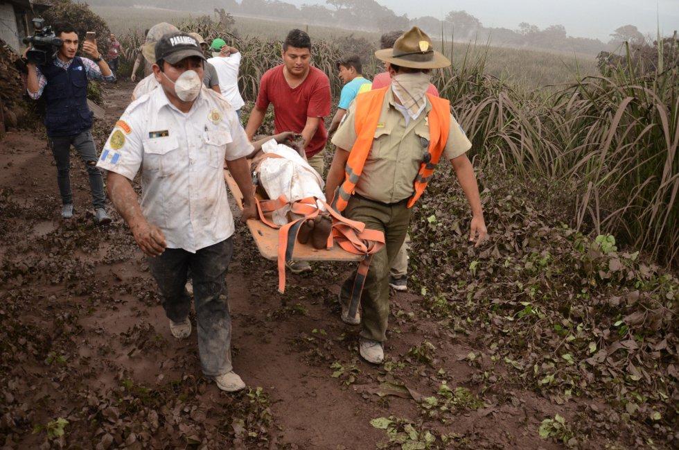 Voluntarios y miembros de rescate de Guatemala trasladan a los heridos en El Rodeo, Escuintla (Guatemala), el 3 de junio.