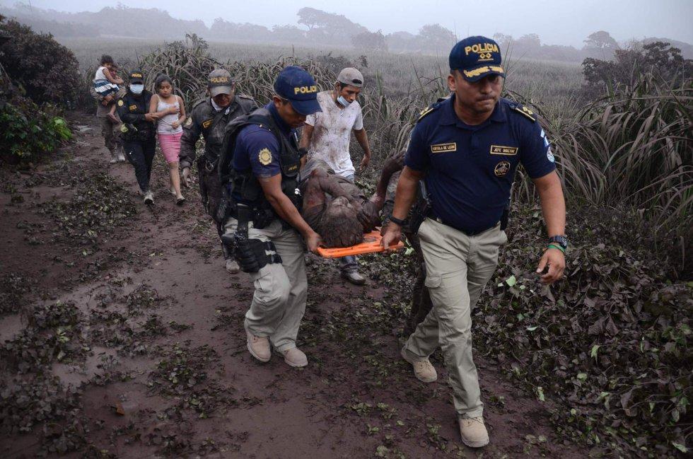 Agentes de policía trasladan a un herido en El Rodeo, el 3 de junio.