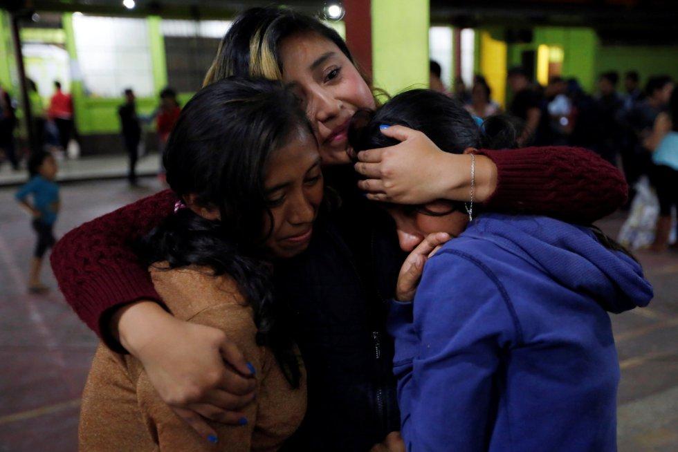 Tres mujeres se abrazan dentro de un refugio en San Juan Alotenango, el 3 de junio.