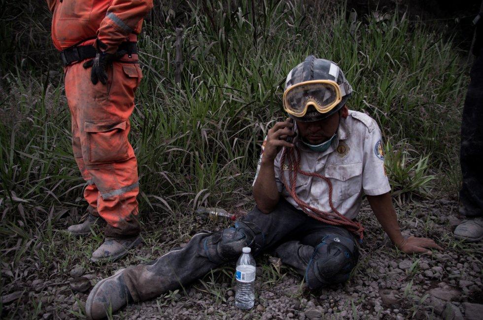Un bombero de Guatemala descansa en la aldea El Porvenir, el 3 de junio.