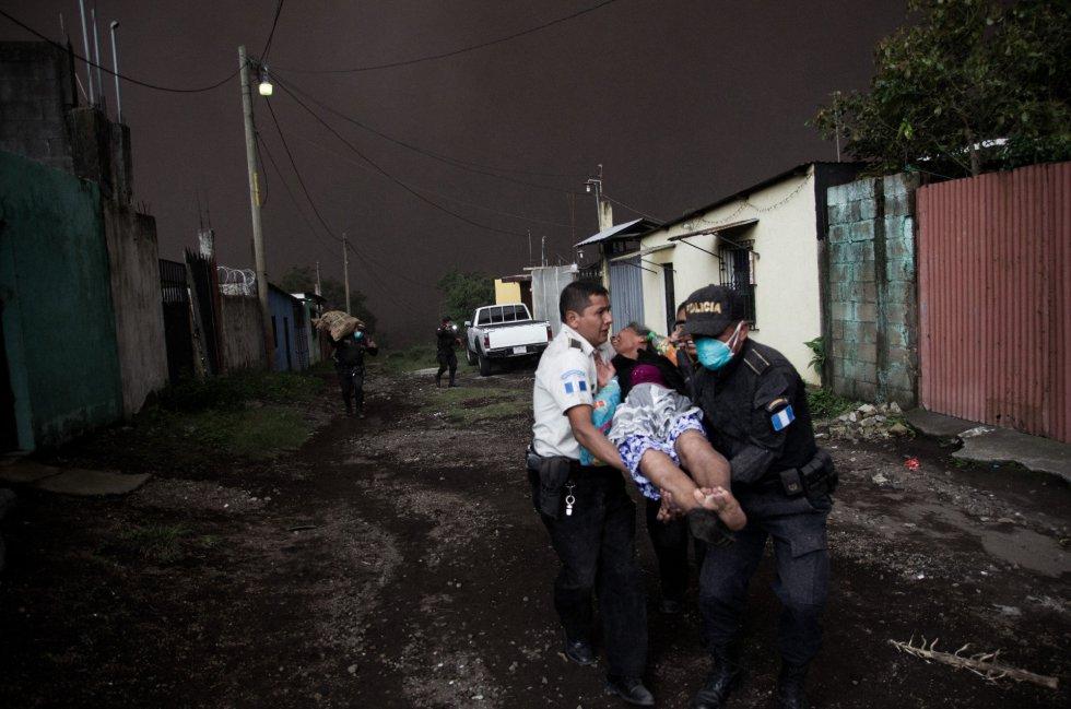 Autoridades rescatan a una mujer en la aldea El Porvenir (Guatemala), el 3 de junio.