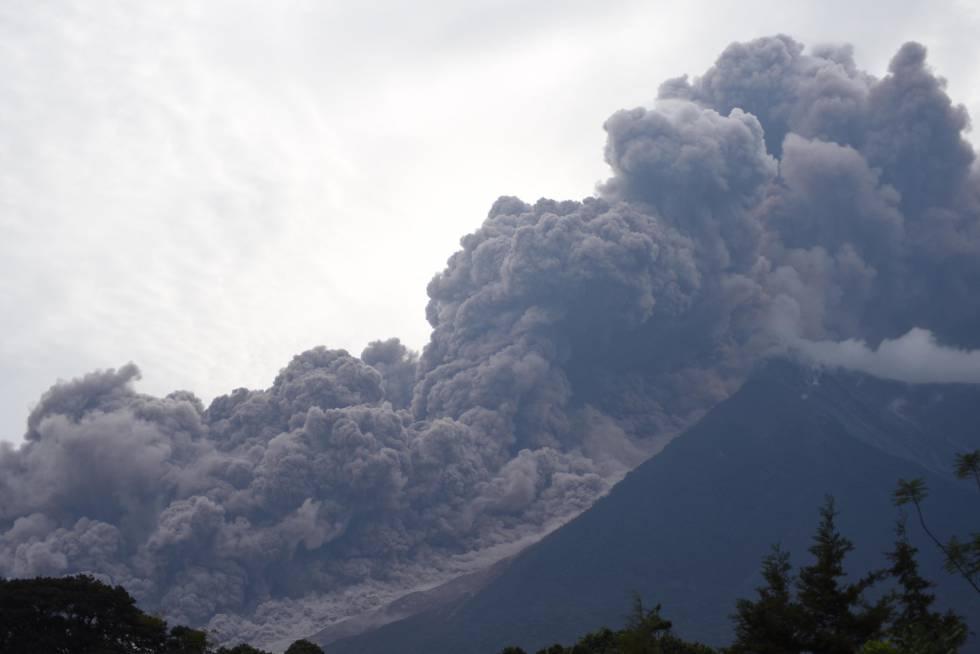 Columna de humo después de una erupción del volcán de Fuego, el 3 de junio.