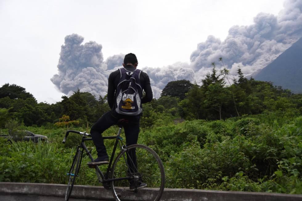 Un hombre observa la columna de humo después de una erupción del volcán de Fuego, el 3 de junio.