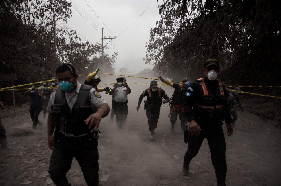 Un grupo de policías de Guatemala ayudan a evacuar a los residentes de la aldea El Porvenir (Guatemala), el 3 de junio..