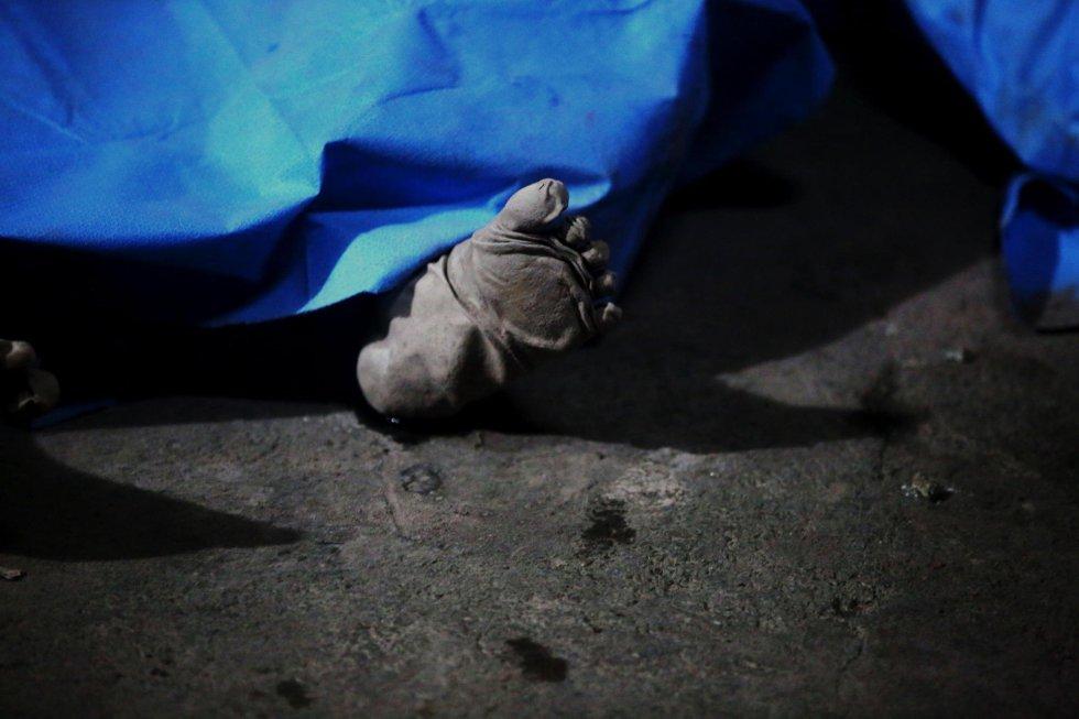 GU7033. ALOTENANGO (GUATEMALA), 03062018.- En una morgue improvisada por la compañía de Bomberos Voluntarios de Alotenango (Guatemala) permanecen los cuerpos de los siete fallecidos que ha dejado la erupción del Volcán de Fuego hoy, domingo 3 de junio de 2018. El portavoz de la Coordinadora Nacional para la Reducción de Desastres (Conred), David de León, dijo que los fallecidos son de la comunidad de El Rodeo, en el departamento sureño de Escuintla. El volcán de Fuego se ubica entre los departamentos de Escuintla, Chimaltenango y Sacatepéquez, a 50 kilómetros al oeste de la capital. EFEEsteban Biba