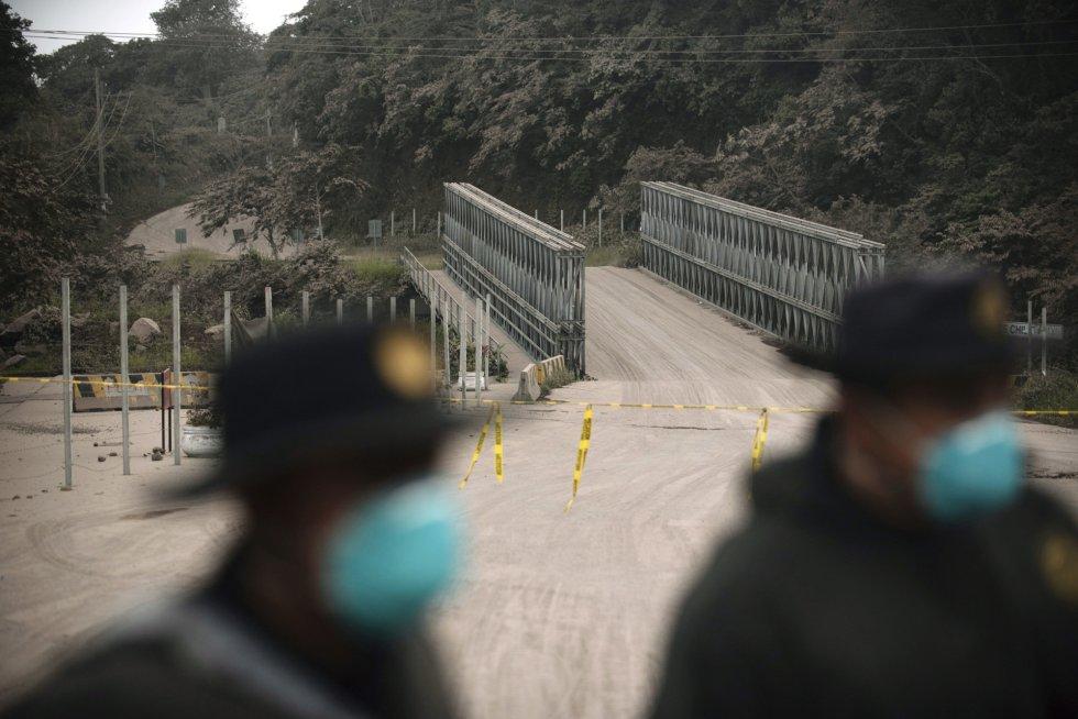 La policía bloquea una ruta afectada por las cenizas expulsadas por el volcán de Fuego, en El Rodeo (Guatemala), el 3 de junio.