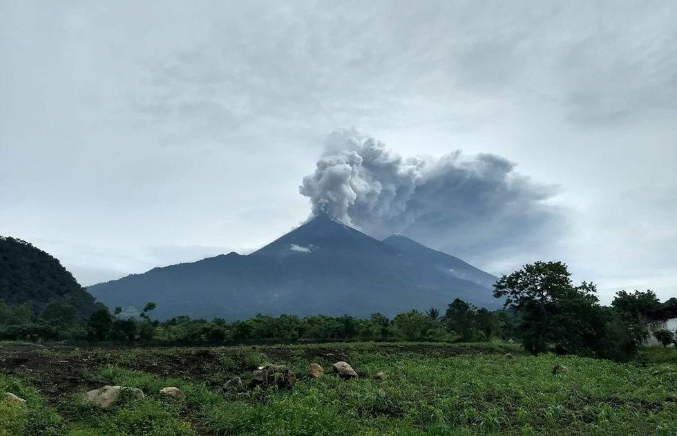 Columna de humo durante la erupción del volcán Fuego de Guatemala durante una erupción en Alotenango, Guatemala el 3 de junio.