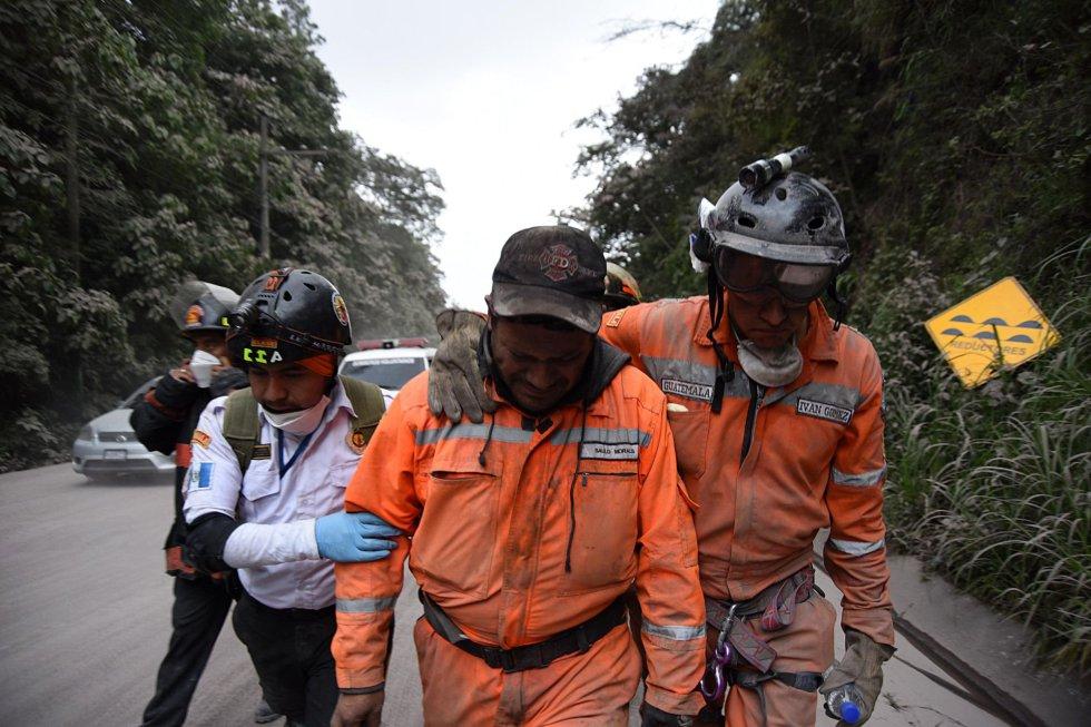 Un bombero voluntario llora después de abandonar la aldea El Rodeo, en el departamento de Escuintla, el 3 de junio.